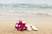 Wedding bouquet on white sand beach — 图库照片
