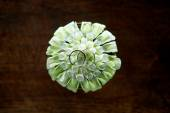 Wedding rings on white flower decoration — Fotografia Stock