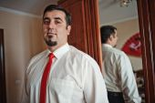 Groom at the mirror close up — Stock Photo