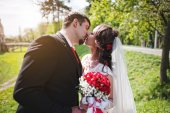 Kiss of the wedding couple — Stock Photo