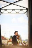 Para młoda piękny ślub w mostu kolejowego — Zdjęcie stockowe
