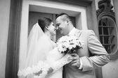 Wedding couple near old stone colums — Stock Photo