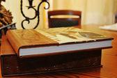 Hnědá kožená svatební fotoalbum kniha — Stock fotografie