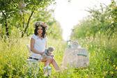 Великолепная брюнетка беременной на поле с пшеницы и поп — Стоковое фото