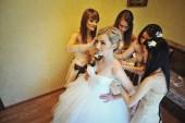 Bridesmaids wear bride — Stock Photo