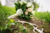 Wedding bouquet at green grass — Stock Photo