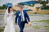 Wedding couple background plane on airport — Stock Photo