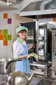 Cucinare nella cucina attrezzata — Foto Stock