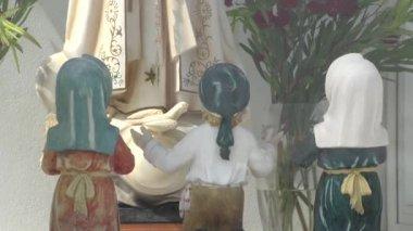 Virgin mary and children praying — Stock Video