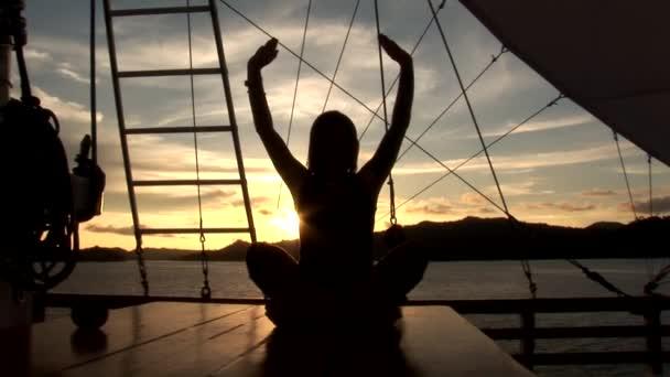 Mujer haciendo yoga — Vídeo de stock