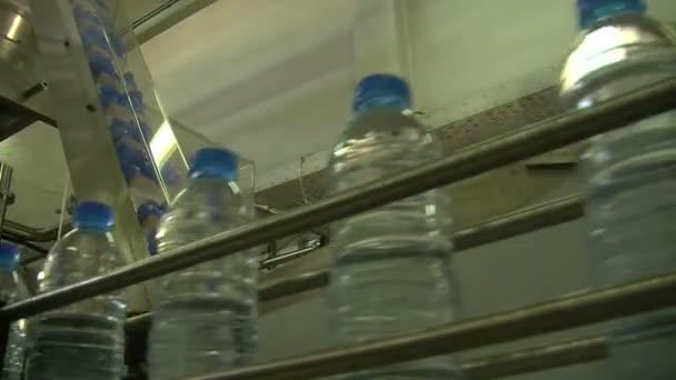 Water bottles in factory — Vidéo