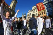 Hare Krisnas dancing in central Prague — Stock Photo