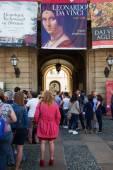 Queue to get in the Leonardo exhibition — Stock Photo