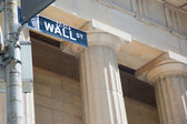 Signo de Wall street y columnas — Foto de Stock