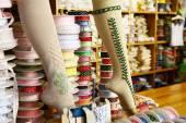 Färgglada strumpor och band på hjulen — Stockfoto