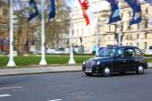 London Taxi in Parliament Square — Stock Photo