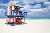 Kabiny kolorowy ratownik na plaży — Zdjęcie stockowe