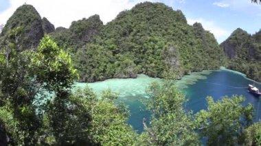 Kalksten öar i norra Raja Ampat — Stockvideo