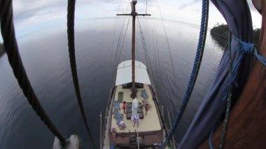 Indonesian phinisi schooner sails — Stock Video