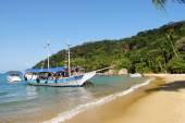 Ilha Grande: Sailboat at beach Praia Lopes mendes, Rio de Janeiro state, Brazil — Stock Photo