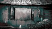 Rusty metal wall background, old houses in slums — Stock Photo