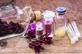 Esans ve bitkisel cam şişelerde — Stok fotoğraf