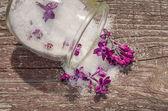 Gekonfijte lila bloemen in een glazen pot — Stockfoto