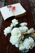 Libros y flores — Foto de Stock