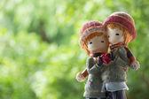 Två dockor vintern kostym holding kärlek hjärta — Stockfoto