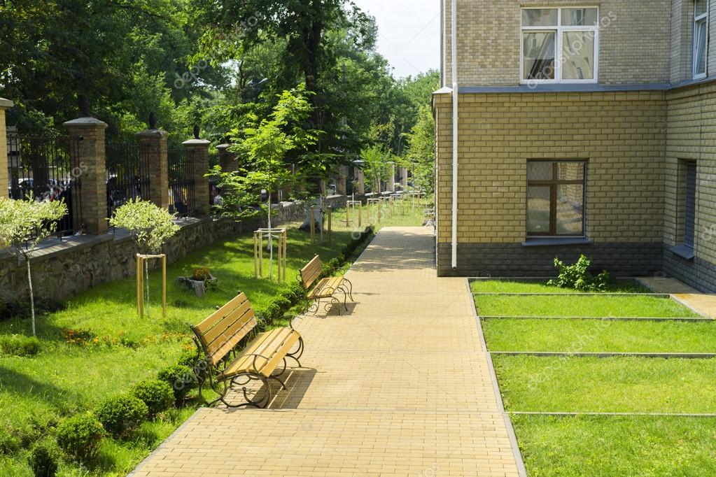 잔디밭, 벤치, 나무와 금속 울타리 치과 병원 근처 골목 — 스톡 ...