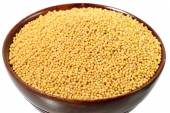Yellow mustard seeds in wooden bowl — Stock Photo