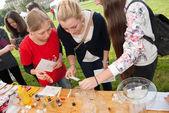 Praga, Republika Czeska - 10 września 2014 - niezidentyfikowane dziewczyny są badania próbki — Zdjęcie stockowe