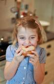 Pretty child eating a cake — Stockfoto