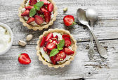 Tartlets with cream cheese and strawberries — Stock Photo