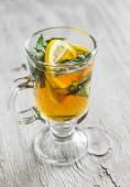 Zelený čaj s citronem v hrnku skla — Stock fotografie