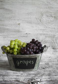 Uva fresca in un cestino di metallo — Foto Stock