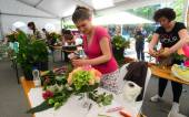People finishing beautiful and rich bouquet on the competition for florists in Sofia, Bulgaria Aprl 30, 2013 — Stock Photo