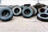 Mucchio di pneumatici auto allineare il cemento a terra, pneumatici usati — Foto Stock