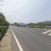 Autostrada droga z widokiem na jezioro — Zdjęcie stockowe