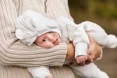 Mulher segurando seu neto — Fotografia Stock