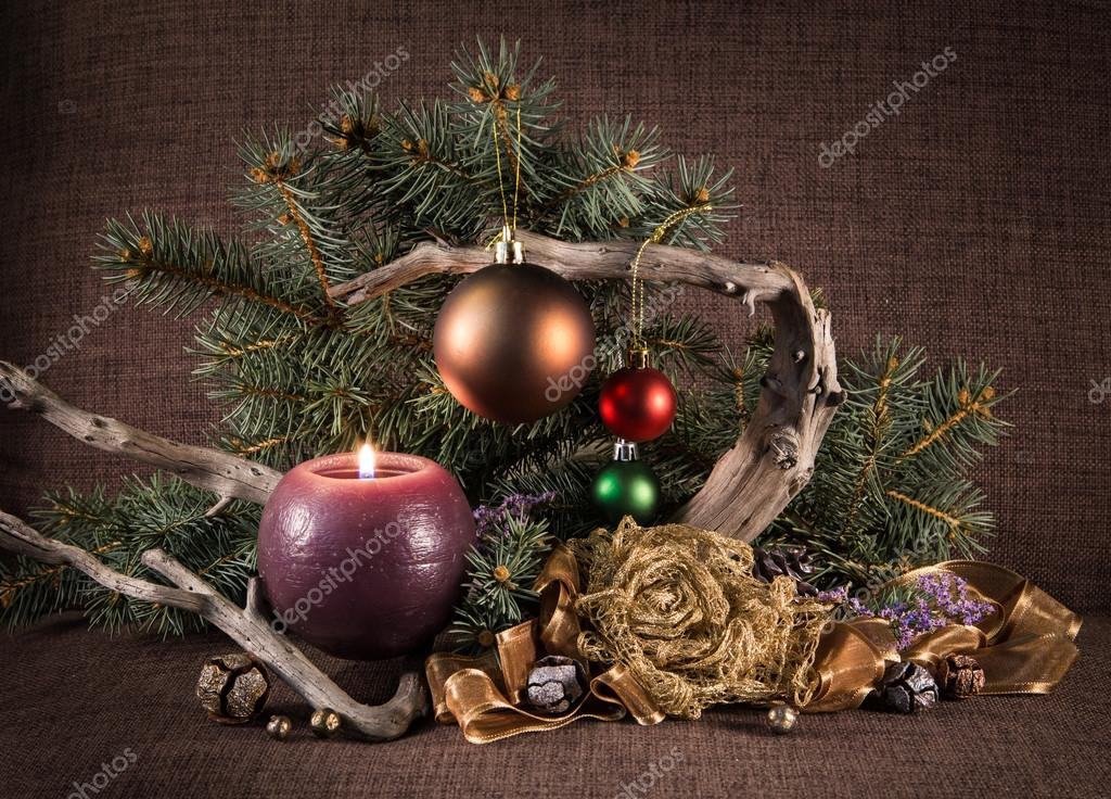 composicin de navidad con rbol de navidad y velas decoradas y driftwood u imagen de archivo