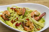 Spaghetti with avocado — Stock Photo