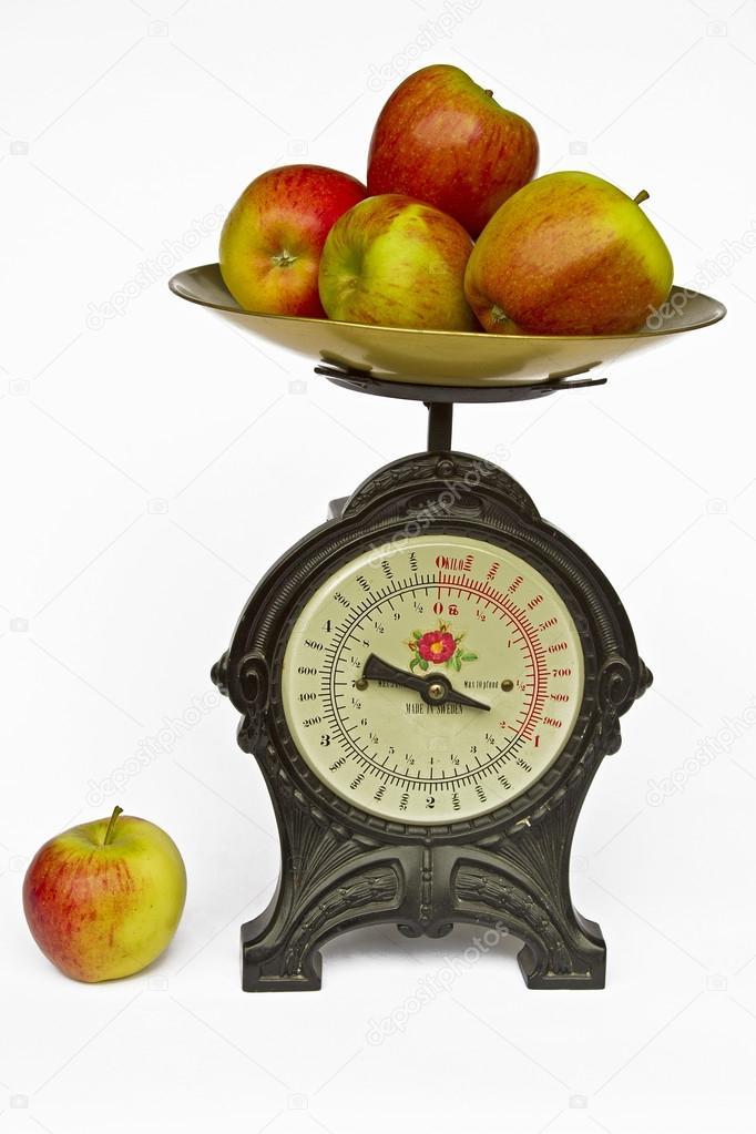 Keukenweegschaal Prijs : Keukenweegschaal met fruit — Stockfoto © Tinieder #94504016