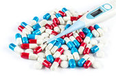 Termómetro con píldoras y cápsulas, gripe dolor de cabeza fiebre — Foto de Stock