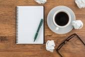 Kreukelzones papier, notebook en pen met kop koffie — Stockfoto