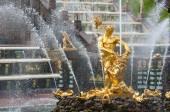 Golden fountain of Samson in Peterhof near Saint Petersburg — Stock Photo