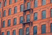 Windows sur fond de bâtiment ancien — Photo