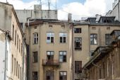 Façade d'un vieux appartements en construction à Lodz, Pologne — Photo