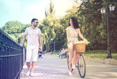 Couple with pink vintage bicycle in the summer park — Stock Photo
