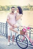 夏の公園でピンクのビンテージ自転車とカップルします。 — ストック写真